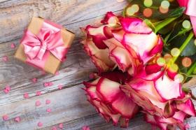 Холст с красками по номерам 22х30 см. Нежные розы и подарок (Арт. HS321)